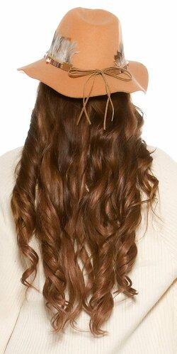 Dámsky klobúk s perím