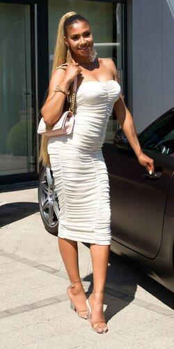 Dlhé nazbierané šaty s odhalenými ramenami Béžová