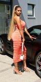 Dlhé nazbierané šaty s odhalenými ramenami Koralová