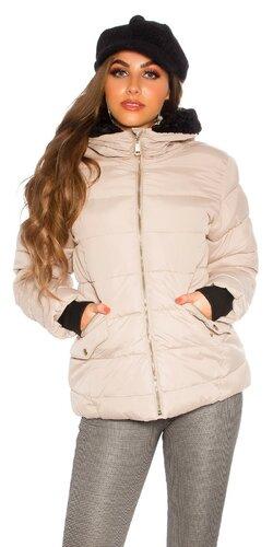 Krátka zimná bunda s čiernou podšívkou v kapucni