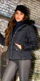 Krátka zimná bunda s čiernou podšívkou v kapucni Tmavomodrá