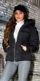 Krátka zimná bunda s čiernou podšívkou v kapucni Čierna